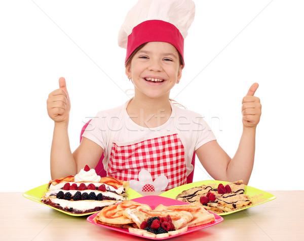 Mutlu küçük kız pişirmek gülümseme meyve Stok fotoğraf © goce