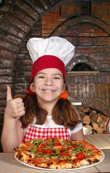 Feliz nina cocinar pizza pulgar hasta Foto stock © goce