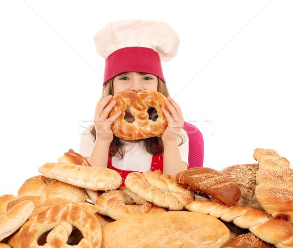 Feliz little girl cozinhar pretzel menina pão Foto stock © goce