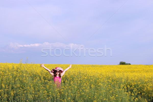 Heureux petite fille fleur jaune domaine ciel Photo stock © goce