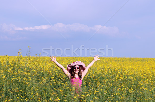 Szczęśliwy dziewczynka dziedzinie lata sezon niebo Zdjęcia stock © goce