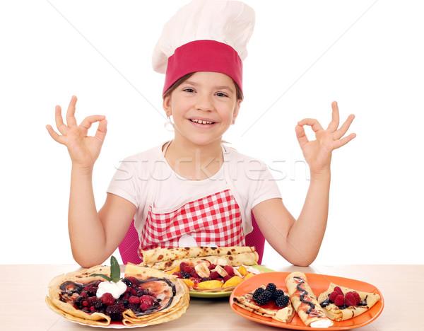 Feliz little girl cozinhar sinal da mão menina Foto stock © goce