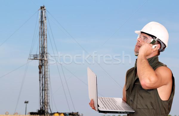 Olajmunkás laptop mező kapcsolat mobil olaj Stock fotó © goce