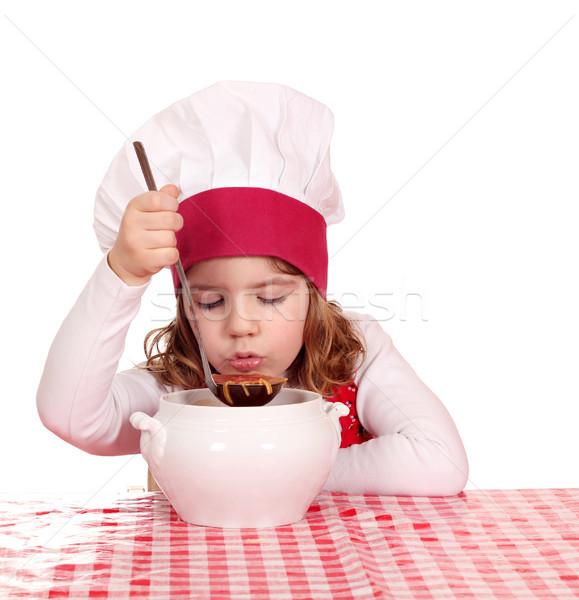 Petite fille Cook goût soupe enfants chef Photo stock © goce