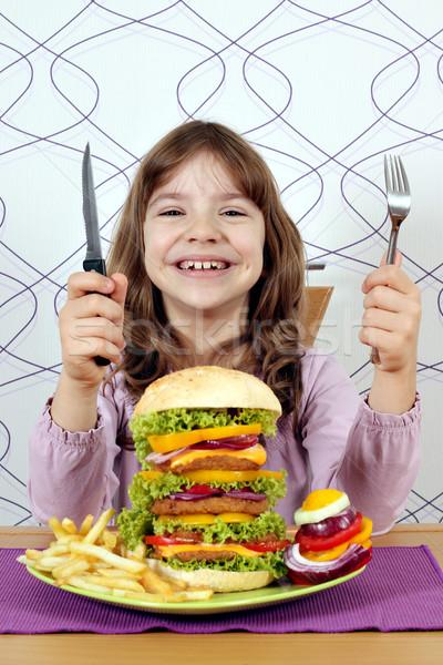Feliz little girl grande hambúrguer pronto almoço Foto stock © goce