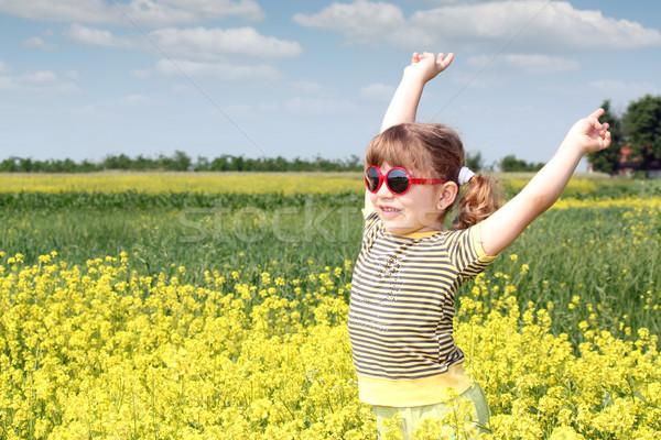 Glücklich kleines Mädchen stehen gelbe Blume Bereich Blume Stock foto © goce
