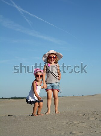 Kettő kislány ugrik tengerpart gyermek szépség Stock fotó © goce
