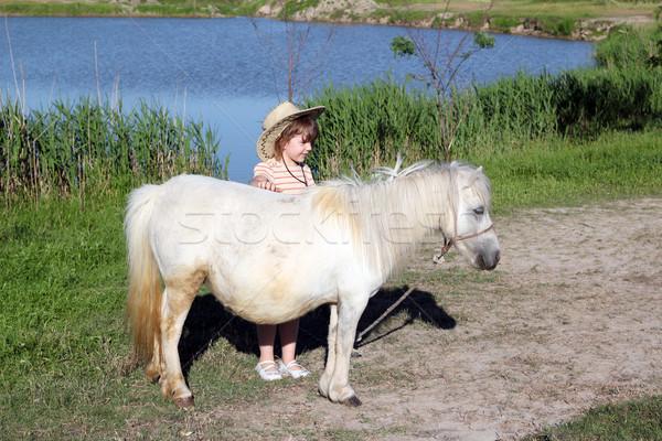 Zdjęcia stock: Dziewczynka · biały · kucyk · konia · dziewczyna · dziedzinie