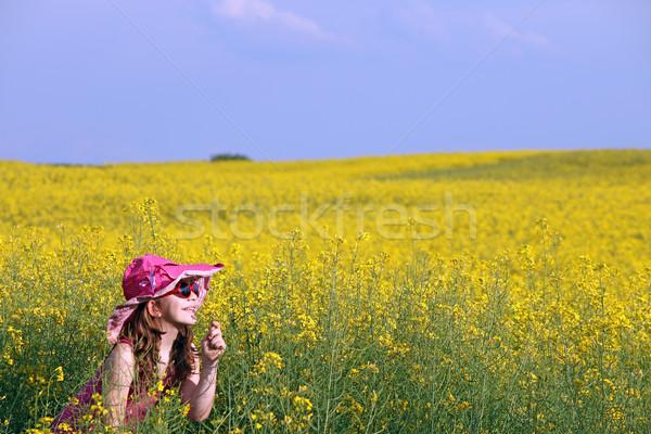 Szczęśliwy dziewczynka żółte kwiaty dziedzinie niebo uśmiech Zdjęcia stock © goce