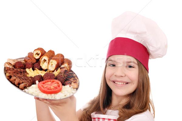 Gelukkig meisje kok gegrild vlees plaat Stockfoto © goce