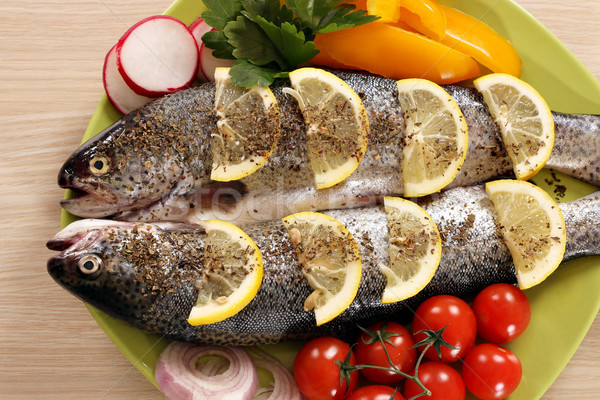 Kettő pisztráng hal zöldségek tányér vacsora Stock fotó © goce