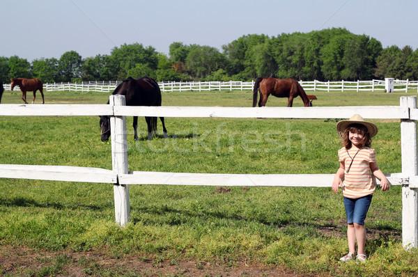 Zdjęcia stock: Dziewczynka · konie · gospodarstwa · dziewczyna · drzewo · uśmiech