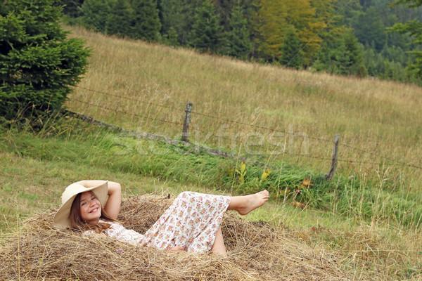 Szczęśliwy dziewczynka leży siano dziewczyna uśmiech Zdjęcia stock © goce