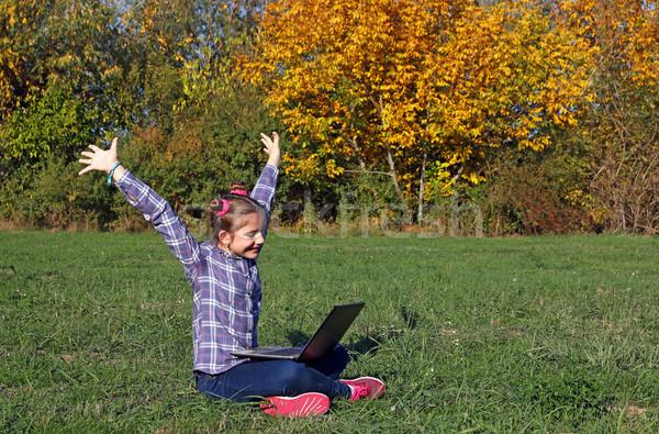 Gelukkig meisje handen omhoog laptop park najaar Stockfoto © goce