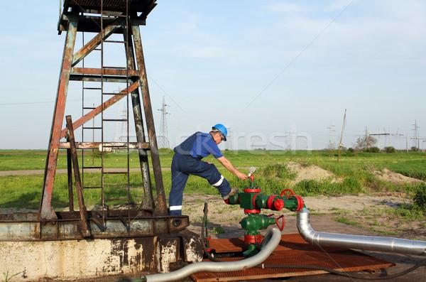 Pracownik olej sprawdzić rurociąg dziedzinie przemysłu pracownika Zdjęcia stock © goce