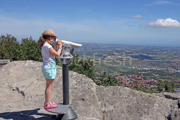 Dziewczynka patrząc zwiedzanie lornetki Zdjęcia stock © goce