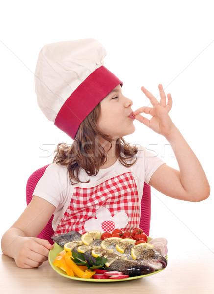 Glücklich kleines Mädchen Koch Forellen Fisch Stock foto © goce