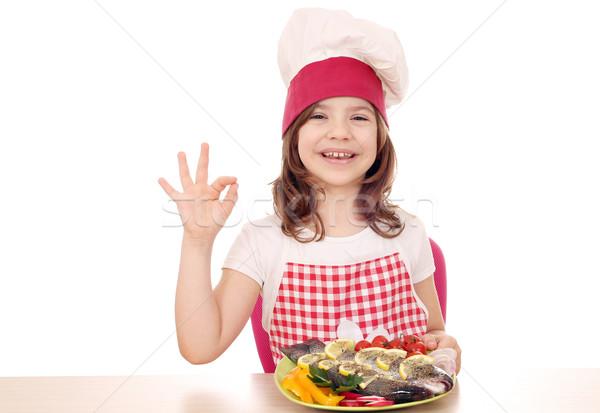 Boldog kislány szakács pisztráng ok kézjel Stock fotó © goce