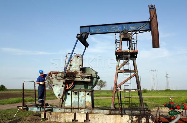 Olajmunkás dolgozik pumpa mező ipar munkás Stock fotó © goce