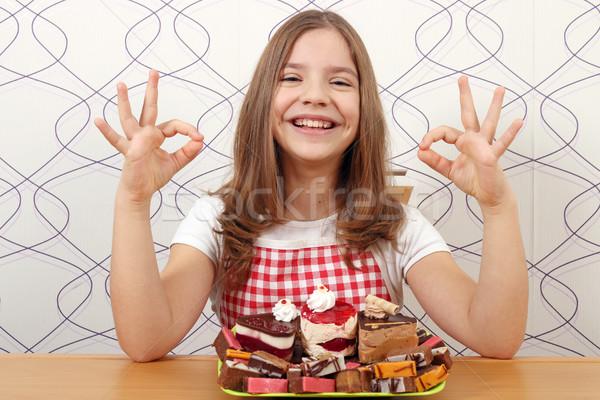 Glücklich kleines Mädchen Kuchen Handzeichen Mädchen Stock foto © goce