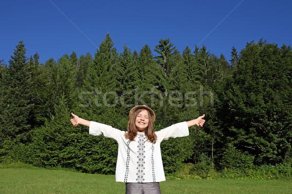 Wesoły dziewczynka cieszyć się charakter drzewo Zdjęcia stock © goce