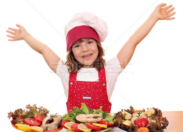 Felice bambina cuoco preparato salmone frutti di mare Foto d'archivio © goce