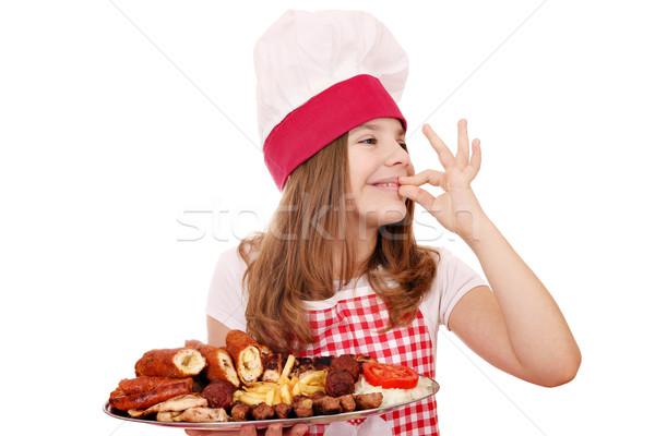 Meisje kok gegrild vlees plaat handteken Stockfoto © goce