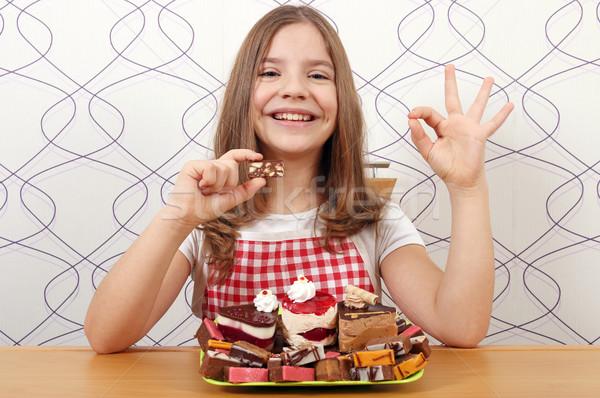 Gelukkig meisje zoete gebak handteken Stockfoto © goce