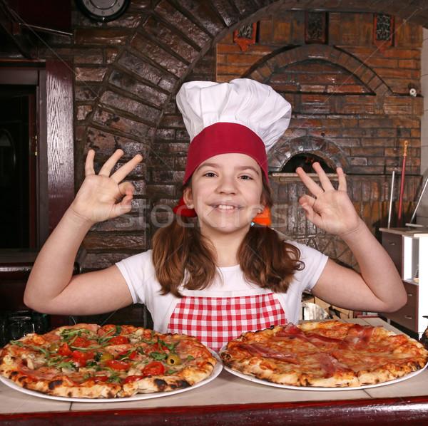 Meisje kok pizza hand zingen Stockfoto © goce