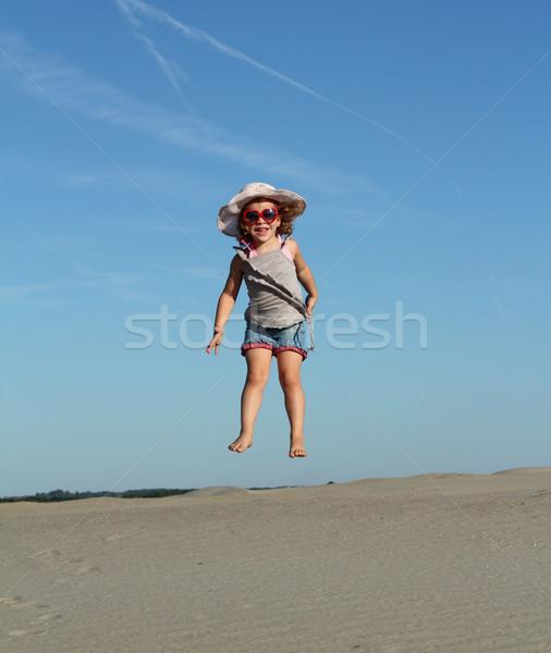 Gelukkig meisje hoogspringen strand kind schoonheid Stockfoto © goce