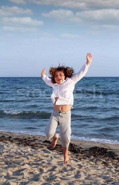 Gelukkig meisje springen strand zomer scène Stockfoto © goce