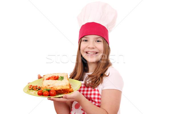 Feliz nina cocinar lasaña placa pequeño Foto stock © goce