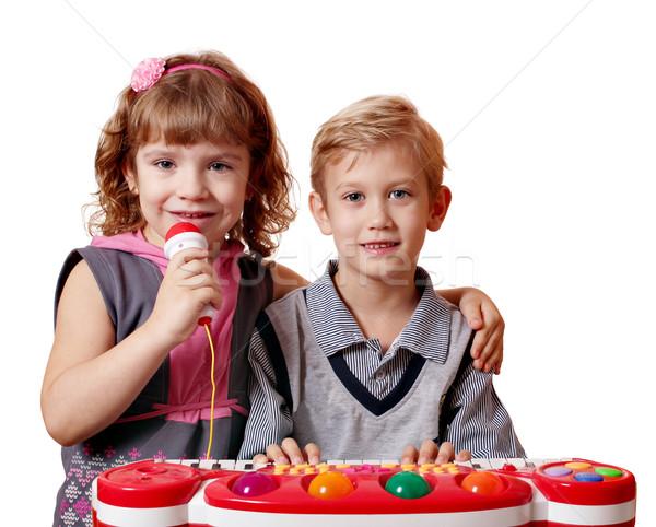 Stok fotoğraf: Küçük · kız · erkek · şarkı · söylemek · oynamak · müzik · çocuk
