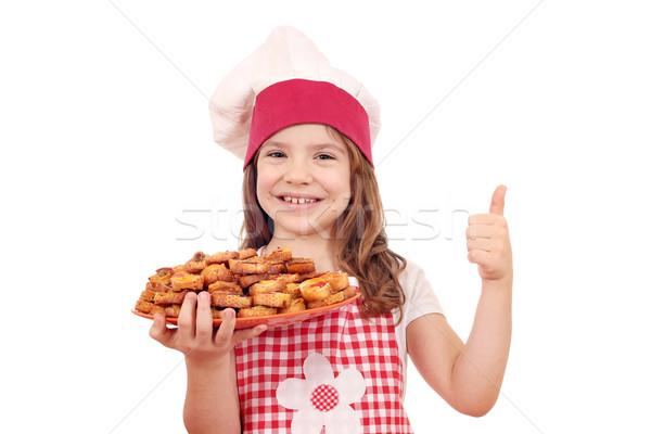 Felice bambina cuoco tenere bruschetta pollice Foto d'archivio © goce