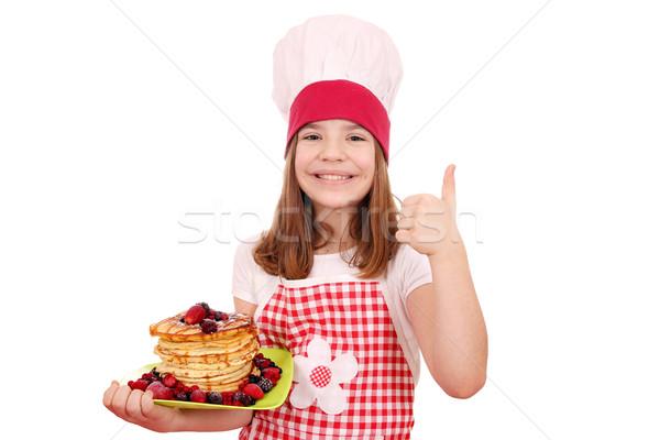 Mutlu küçük kız pişirmek krep başparmak yukarı Stok fotoğraf © goce