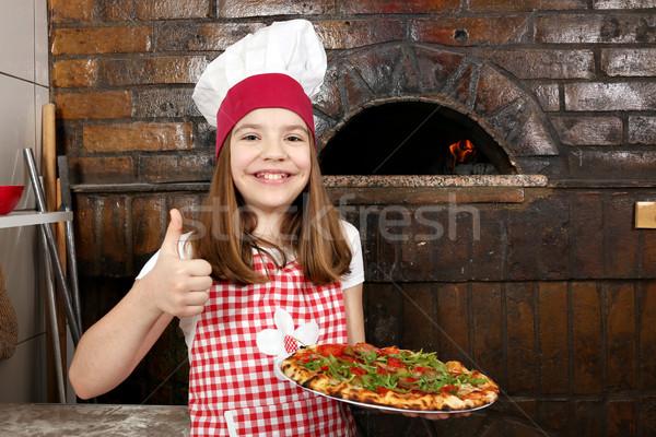 Stok fotoğraf: Mutlu · küçük · kız · pişirmek · pizza · başparmak · yukarı