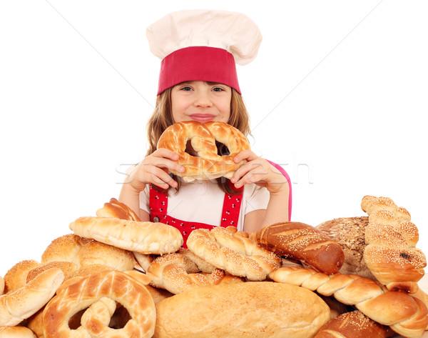 Küçük kız pişirmek tuzlu kraker kız çocuk Stok fotoğraf © goce