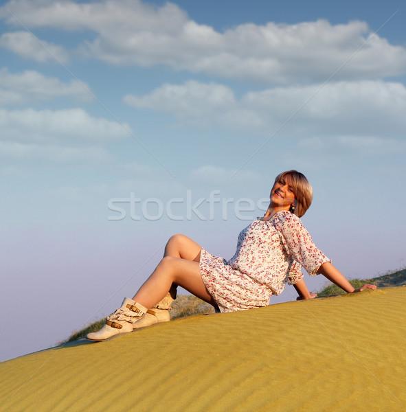 Mooie vrouw poseren hemel woestijn schoonheid zand Stockfoto © goce