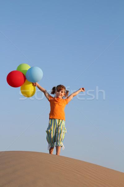 Heureux petite fille ballons permanent dune de sable plage Photo stock © goce