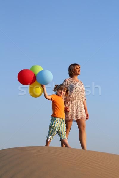 母親 娘 立って 砂丘 家族 笑顔 ストックフォト © goce