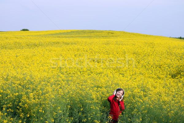 Szczęśliwy dziewczynka cieszyć się muzyki żółty dziedzinie Zdjęcia stock © goce