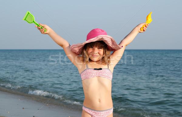 Gelukkig meisje handen omhoog strand hand kind Stockfoto © goce