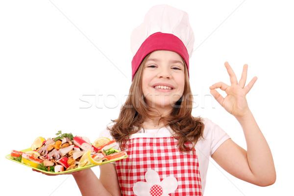 Felice bambina cuoco frutti di mare segno di mano Foto d'archivio © goce