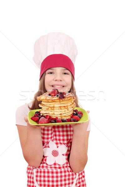 Mutlu küçük kız pişirmek krep plaka kız Stok fotoğraf © goce