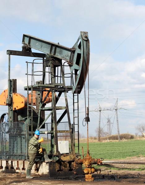 Olajmunkás hüvelykujj felfelé mező olaj munkás Stock fotó © goce