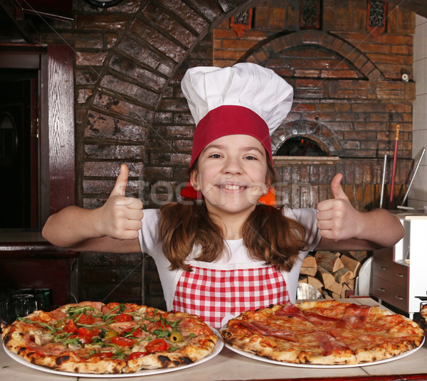 Feliz little girl cozinhar pizza pizzaria Foto stock © goce