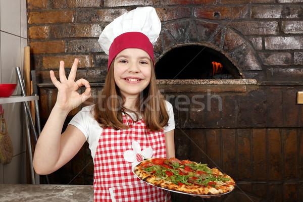 Feliz nina cocinar pizza muestra de la mano Foto stock © goce
