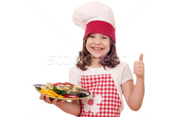 Szczęśliwy dziewczynka gotować przygotowany pstrąg kciuk Zdjęcia stock © goce