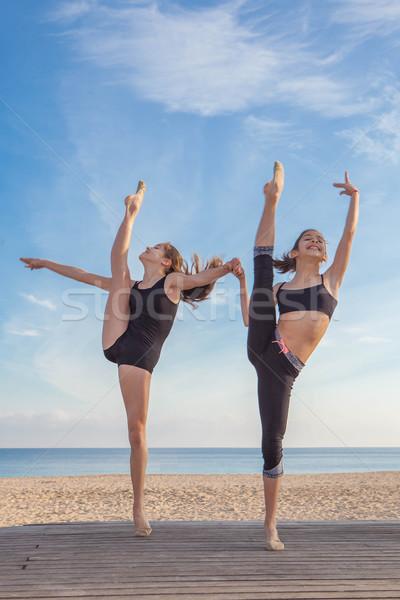 Testmozgás póz sportok sport fitnessz egészség Stock fotó © godfer