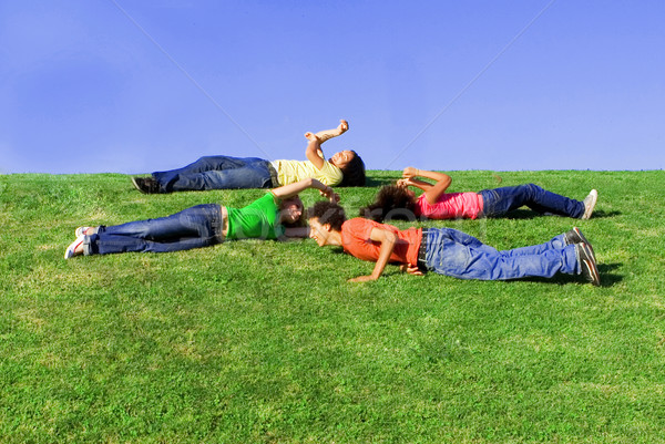 Zomerkamp groep kinderen spelen spel leuk oefening Stockfoto © godfer